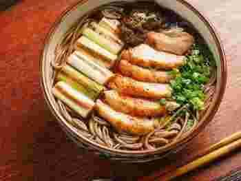 鶏もも肉があれば、鴨南蛮ならぬ「鶏南蛮」を作れますよ。つゆも鶏の旨みがたっぷり。気軽に試してみてくださいね。