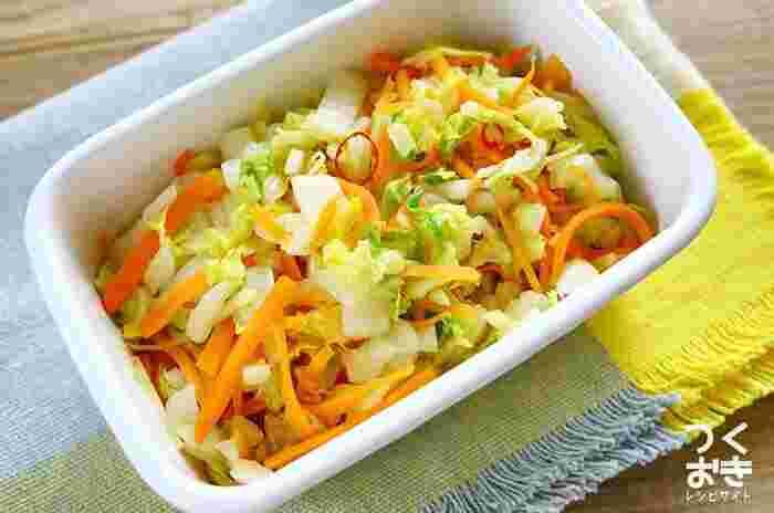ラーパーツァイ(辣白菜)とは、白菜の甘酢漬けのこと。和風の浅漬けに飽きたら、中華料理のラーパーツァイ風に仕上げたお漬物にチャレンジしてみましょう。 食材を電子レンジで加熱して調味料を混ぜ合わせるだけなので、初心者でも簡単に作れます。ニンジンを加えることで、彩りがアップするのも嬉しいポイントです。