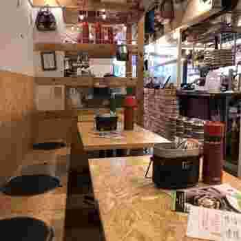 「野菜を食べるカレーcamp」は、店名通り千駄ヶ谷にいながらキャンプ気分を楽しめるお店。テーブルには飯盒や水筒などアウトドアグッズが並び、ウッディなインテリアも気分を盛り上げてくれますよ。