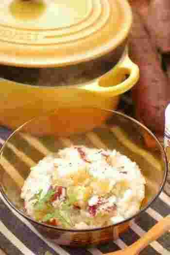 バターで玉ねぎを炒めたら、サツマイモを入れてコトコト煮るだけ。これからの季節にあったかくて元気が出る、ほっこりとやさしいお味のミルクがゆです。