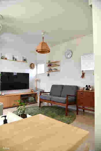 木製のペンダントライト。お部屋をやさしく照らしてくれます。灯りを付けていない昼間は、美しい姿をオブジェのように楽しんで。