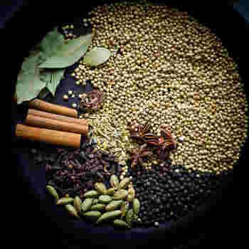 """インド料理で使われる""""ガラムマサラ""""は、いくつものスパイスが配合されたミックススパイス。一度にいろいろなスパイスの風味が付くので、エスニック料理に慣れていない人でも扱いやすいのが魅力です。"""
