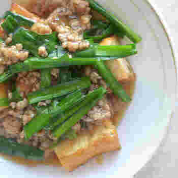 リーズナブルな価格で入手できる、厚揚げ・豚ひき肉・ニラを使った節約レシピ。厚揚げを具材に使用すれば、お料理を一気にボリュームアップできるのが魅力です。 フライパンで厚揚げと豚ひき肉に火を通して、水溶き片栗粉でとろみをつけるだけでOK!最後にニラとショウガを加えると、風味豊かな一品に仕上がります。