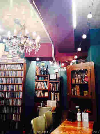 元々は夜のバー営業のみだったお店。ドアを開けるとカラフルに塗られた壁と天井、それに壁にびっしり並んだCDと本棚が目に入ります。こじんまりとした店内は、まるで大人の秘密基地のような雰囲気。昼間に入ると、何となくドキドキしてしまいます。