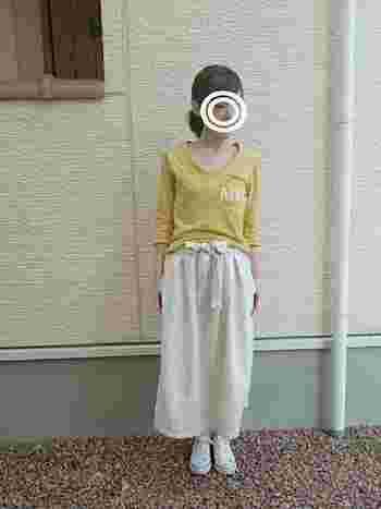 くたっとした風合いのロングスカートとシンプルなカットソーの組み合わせ。肌寒い日は、コットンやリネンのロングカーディガンなどを合わせたいですね。