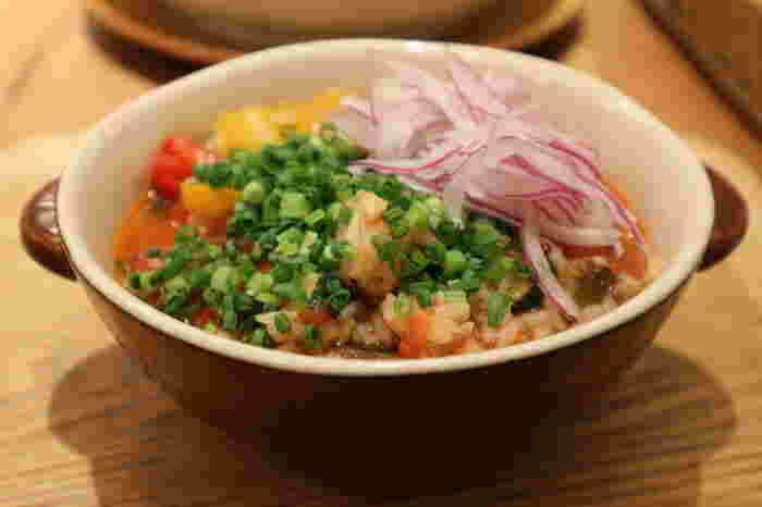 ナチュラルテイストのメニューが中心で、お塩を使わないお料理もたくさん。こちらの「彩り野菜と若鶏のあっさりトマトだしリゾット」もそのひとつ。鰹や昆布、煮干しなどお出汁を効かせた味付けは、新しい中にもほっとできる懐かしい味です。