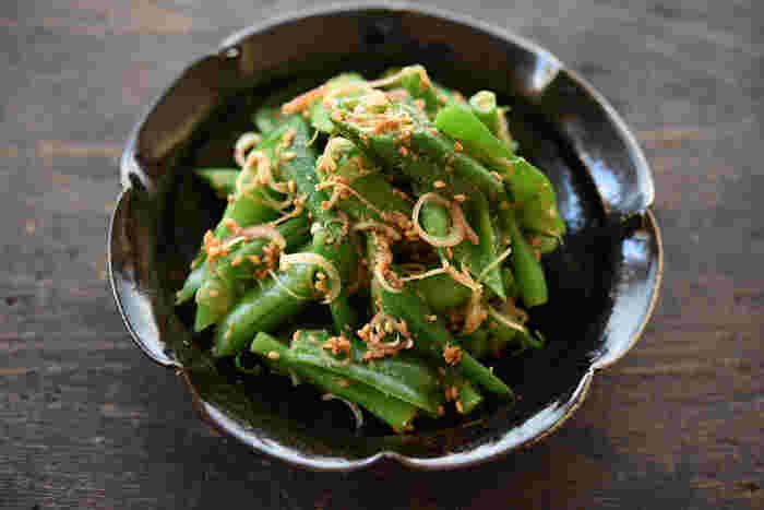 まずはゴマレシピの基本とも言えるごま和えを美味しく仕上げるレシピのコツから。実はゴマは定番のいんげんやほうれん草、小松菜、春菊だけでなく、オクラやスナップエンドウ、ミニトマト、ズッキーニ、れんこんなど色々な野菜と相性がよいので、旬の野菜で工夫しながら試してみると、お家だけの素敵なごま和えが作れるかも。