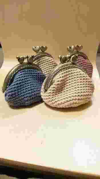 ぬくもりを感じるコロンとした形が可愛い編みがま口です。小さめサイズなので、バッグにいつでも忍ばせておくことができます。コインはもちろん、飴などを入れる小物入れとしても重宝します。