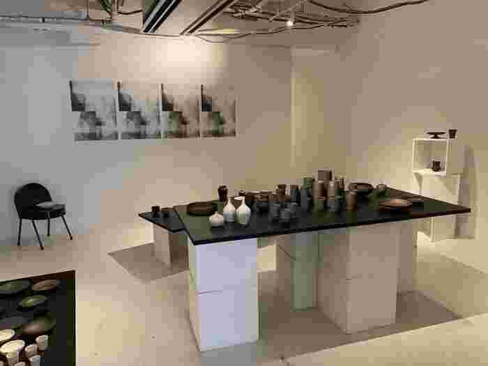 店内の奥にはギャラリースペースがあり、国内・海外のアーティストの作品が展示されています。アート作品を眺めながらコーヒーを飲むというちょっぴり贅沢な時間を過ごせます。
