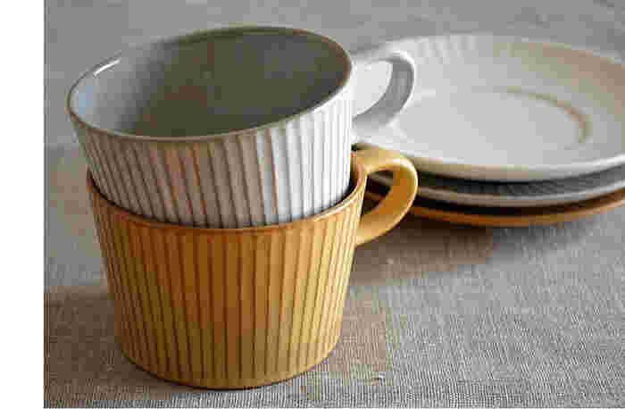 """細く、均一な""""しのぎ""""模様が印象的な、こちらのティーカップ。厚すぎず薄すぎず、手に持つとしっくりと馴染みます。来客時にはカップ&ソーサーとして紅茶を淹れて。普段はカップと小皿を別々に使うこともできて便利です。"""