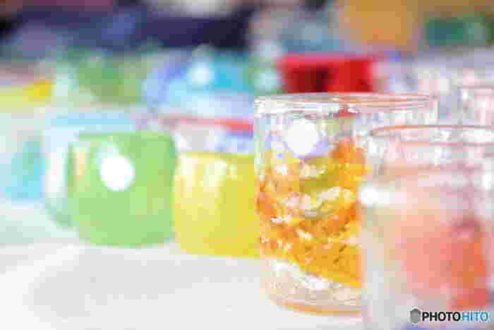 """「琉球ガラス」は、""""宙吹き法""""、""""型吹き法""""などで作られる吹きガラス工芸。駐留米軍が使用したコーラやビールの空き瓶を溶かして再生したことがはじまりなのだそう。彩りや気泡など、味わいのある美しさが人気です。  「沖縄の器市」で、沖縄の伝統に触れる""""掘り出しもの""""が見つかるかも。"""
