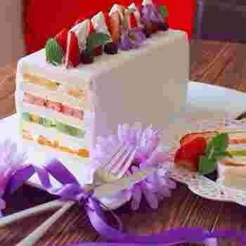 食パンで作るからとっても簡単なフルーツサンドケーキ。見た目も華やか、ボリュームも満点!記念日やお誕生日にもおすすめです♪