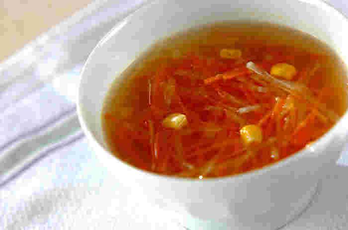 固形コンソメスープの素ひとつで味付け完了で、とってもお手軽!スープはお好みの野菜を使ってOK!どんな食事にも合う一品です。