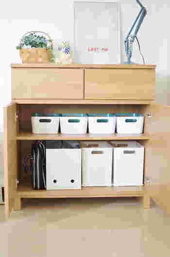 イケアのボックスは横一列に並べると、リズム感が生まれます。上部があいているので、引き出しやすく、子供でも使いやすい収納になっています。