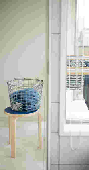 かごなどの入れ物を使えば、洗濯物を入れたりする場所に。かごをどかせば、ちょっと腰掛けたり、物を一時的に置いたり、洗面所や脱衣所で多くの用途に使えます。