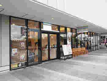 ソラマチ4階の屋外通路沿いにある「COCONOHA(ココノハ)」は、大きなガラス窓が目印のお店。スカイツリーのふもととも言える場所にある人気のカフェです。
