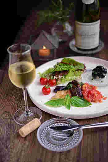 """マヒマヒは、ハワイで最も有名な魚で、日本では""""シイラ""""と呼ばれている淡白な味わいの白身魚。刺身のほか、フライやステーキなどでも楽しみます。日本で作るときは、白身魚なら何でもいいようですよ。写真のレシピでは、サルサソースを合わせています。"""