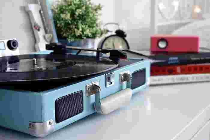 デジタル全盛の時代からこそ、レコードのようなアナログの音の良さを感じることもあります。普段はスマホのイヤホンでしか音楽を聴かない人も、たまにはレコードを鳴らしてみませんか?針が奏でるダイレクトな音楽に心がふっと癒されます。