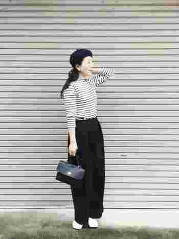 モノトーンコーデは重くなりがちですが、袖をまくって手首を見せることで軽やかな印象になります。大人のシックなモノトーンコーデもシンプルに着こなすのが◎