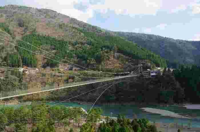 十津川(熊野川)に架かる谷瀬の吊橋は、十津川村上野地と谷瀬地区を結ぶ全長297メートルの吊橋です。1954年に架けられた谷瀬の吊橋は、日本でも屈指の長さを誇る吊橋です。