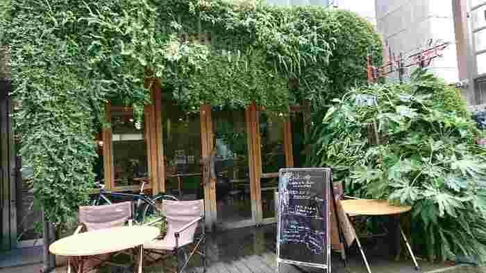 渋谷・宇田川町、オルガン坂近くの路地にあるおしゃれなカフェです。どのお店も満席なイメージがある渋谷ですが、こちらのお店はちょうどいい賑やかさで、女子会、デート、作業などどのシチュエーションでも使えます。