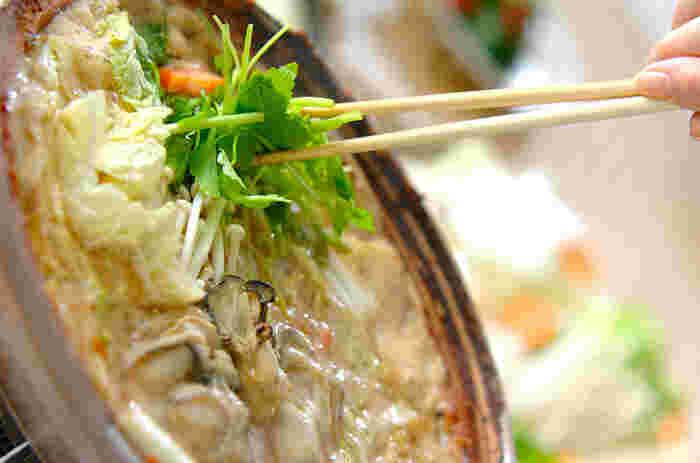 広島の郷土料理「牡蠣の土手鍋」です。身体をあたためてくれる「味噌」を土鍋の内側に土手のように塗り、ぐつぐつ煮込んでいただきます。