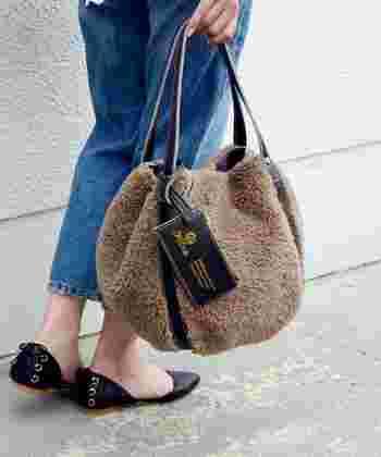 思わず触りたくなってしまいそうな、「ボアバッグ」。夏素材の洋服はドライな印象のものが多いので、モコモコがいいアクセントになってくれますよ。