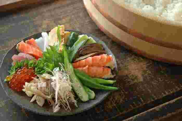 おうちで寿司パーティーといえば、まず思い浮かぶのは、「手巻き寿司」ではないでしょうか? おすすめ手巻き寿司の具、寿司酢の作り方、手巻き寿司のきれいな巻き方、おすすめの手巻き寿司の具の組み合わせなどをご紹介しているレシピです。