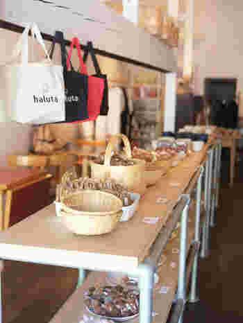 店内には、お店のオリジナルグッズや北欧雑貨、焼き菓子なども販売されているのでお土産にもぴったり。
