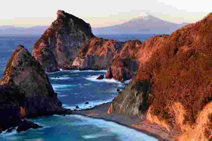 千貫門では、複雑に入り組んだ海岸線、無数に点在する巨岩と奇岩、打ち寄せては砕け散る荒波が織りなす風光明媚な景色が広がっています。