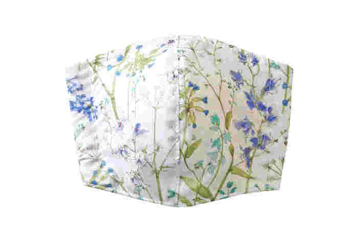 現在17種類あるトゥデイズマスクのなかで一番人気の柄が、「セオドア」。優しい雰囲気のブルーの小花柄が、控えめながら華やかさを演出します。