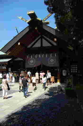 """""""東京のお伊勢さま""""として有名な「東京大神宮」は、恋愛成就や恋愛運アップで人気の縁結びの聖地です。大正天皇の結婚式が行われ、また神前結婚式のルーツとしても知られています。"""