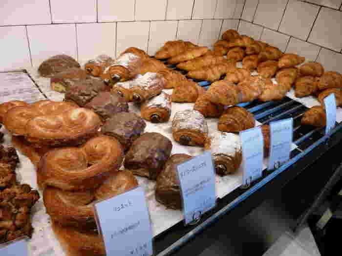デニッシュ系、ハード系、総菜パン、食パンにサンドイッチ、ベーグル…。いろいろな種類のパンが並び、サンドイッチの種類も豊富です。厚焼き卵のサンドイッチ、ベーグルサンド、バーガーなど。