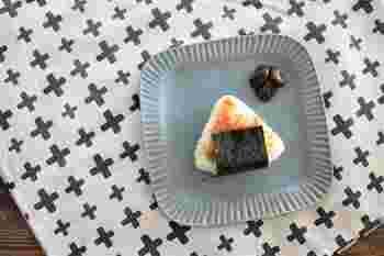 上のオーブンミトンとお揃いで用意できるのが、カフェカーテンとして販売されているこちらのアイテム。写真のようにクロスとして使うこともできますね。こちらは150円で販売されています。