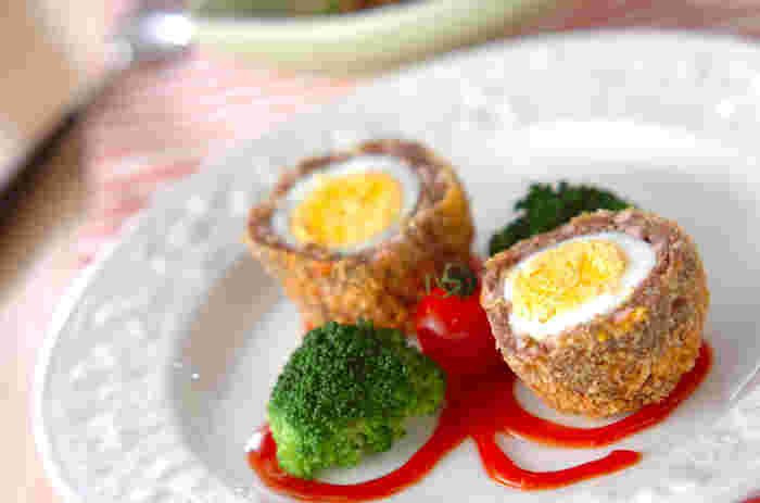 お弁当に入れたら途端に華やか!彩も豊かなスコッチエッグです。皆大好きな魚肉ソーセージを混ぜ込んだちょっと変わったレシピです。
