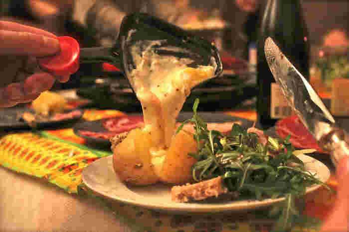 ラクレットとは、トロトロに溶かしたチーズを沿いで、じゃがいもにかけて食べるスイスの郷土料理です。ラクレットに使われる濃厚なチーズは、ホクホクに暖められたジャガイモとの相性が抜群です。