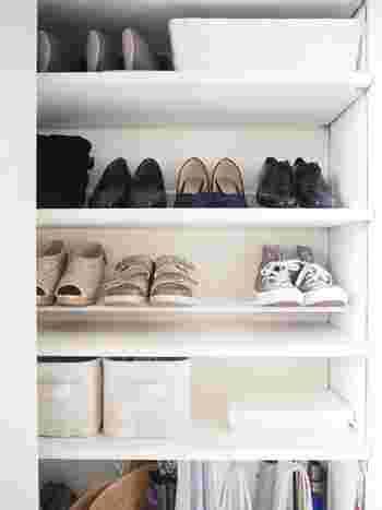 収納を見栄えよくするには、「見せる」部分と「隠す」部分をバランスよく配分することです。視線の高さは「見せる」ように、足元の低い場所は「隠す」ようにすると、安定感が増して見栄えよく、使い勝手もよくなります。 リビングの収納棚をはじめ、玄関やキッチン、子供部屋など、家じゅうのあらゆる収納に応用できるワザです。