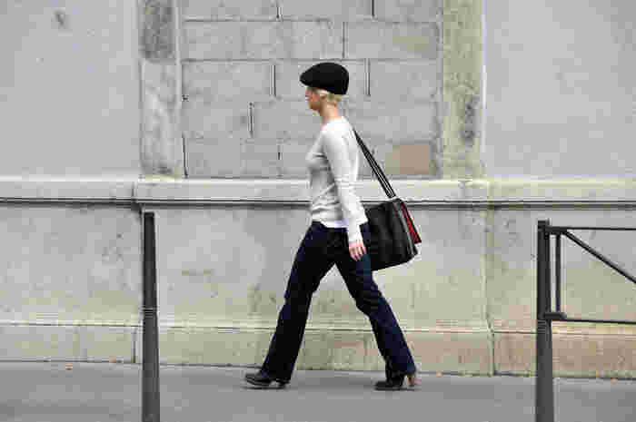 まるで少年みたいな飾らない雰囲気だけど、ヒールブーツで足長効果アップ。パリの街を颯爽とウォークする様子が格好いいですね。
