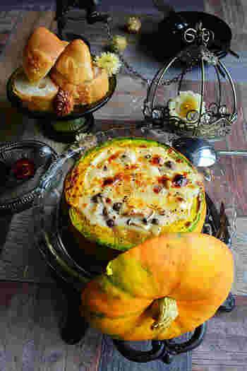 さてさて!なんだかワクワクする写真ですね! こちらはかぼちゃのシチュー。 だけど、見た目からわかるようにかぼちゃの皮を 器として使っています!!  ちょっと手間暇かかってしまいますが ハロウィンやお楽しみパーティなどで テーブルに置いてあると 注目浴びることは間違いないでしょう!