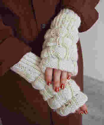腕を温かく覆ってくれるアームウォーマーは、秋は薄手の服と合わせて、冬は本格的な寒さ対策として活用できます。長さがあり、手袋とはひと味違うおしゃれを楽しめるアイテムなので、色や素材にこだわってコーディネートしてみて。