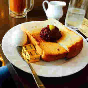 トッピングタイプの小倉トーストの代表格として知られる「加藤珈琲店」。こんがり焼いた厚切りパンに、あんこと栗をトッピング。栗が入ることで、甘みに深みが加わるそうです。