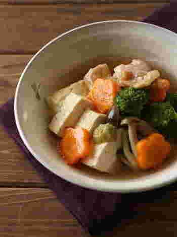 石川を代表する郷土料理「治部煮」。肉に小麦粉をまぶすことで汁にとろみがついているのが特徴です。だしがしっかりと染みた優しい味にほっとしますね。