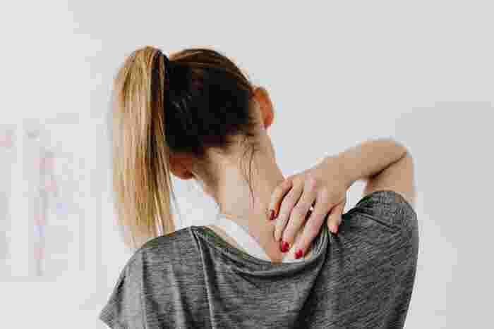 負担が減れば筋肉が動きやすい状態をキープできるので、不調が出にくい体作りができます。血行も良くなるので、首や肩の凝りも感じにくくなるでしょう。腰痛も筋肉の凝り固まりが原因のひとつと言われているので、背中の張りが軽減されることで腰痛の緩和も期待できます。