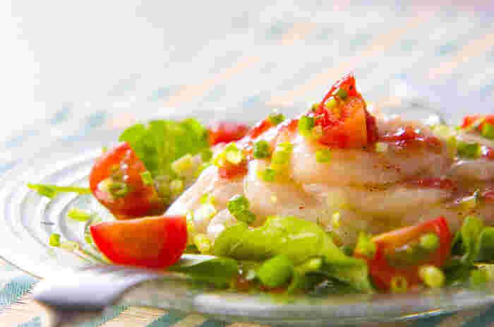 なめらかな食感と、優しい味わい。カルパッチョなら、ホタテの繊細な持ち味を最大限に楽しめます。こちらは、梅風味のソースでいただく、爽やかなホタテ・カルパッチョ。お口の中でみずみずしいホタテがとろけていきます。