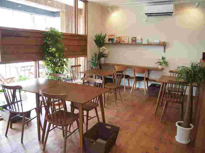店内は木のぬくもり溢れる、洗練された空間。天気のいい日はテラス席で緑を感じながらおいしいコーヒーをいただくことができますよ。1人ではもちろん、家族や友人と気軽に訪れたいおすすめカフェです。