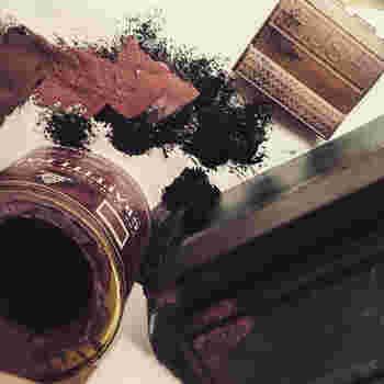 男前なインダストリアル風に仕上げるには、ラフさが出やすいスプレーやオイルタイプの塗料がおすすめです。アルミなどの金属素材に黒や茶色の水性塗料をスポンジにつけて錆び風のヴィンテージ感を出したり、壁用塗料でザラザラのコンクリート感を出すのも◎