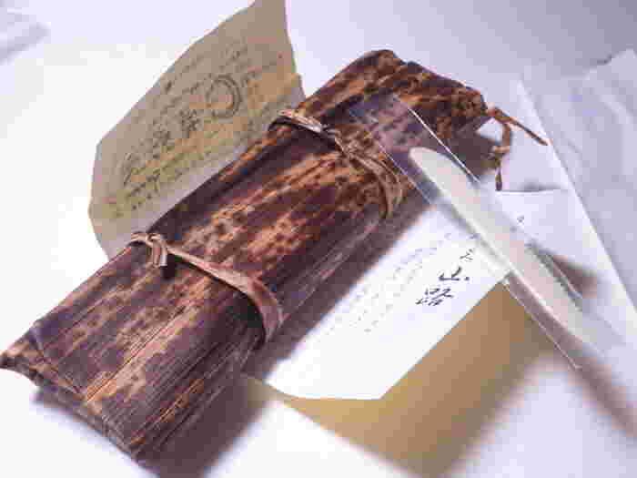 1棹ずつ竹皮にくるまれた「月よみ山路」には、プラスチックのナイフがセットで付いています。その場で簡単に切り分けられるので、贈られる側の手間も省けますね。