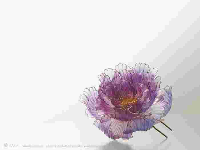 桜が散り、萌えいずる緑が眩しくなってきた頃に絢爛豪華な牡丹が花開きます。幾重にも重なった薄い花びらがまるで漣のよう。藤色から紫へのグラデーションは美しい色の影を作ります。 Photo by MICHIHARU BABA (www.baba-m.com/)