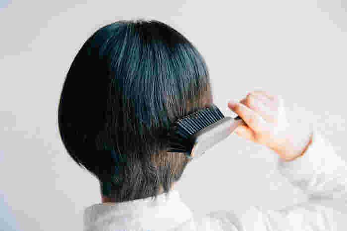 シャンプーやトリートメントの前には、ブラッシングを行いましょう。髪がからまっていたり、束になっている状態では汚れをきちんと落とすことができないと同時に、引っ張った際に頭皮に刺激を与えてしまいます。特にロングヘアの方やヘアアレンジの後は、髪が絡まりやすいため使用をおすすめします。