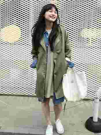 前開きのワンピースをコートの下に重ね着すると、差し色としての効果も発揮します。裾やそでを少し覗かせるテクニックも真似してみましょう!
